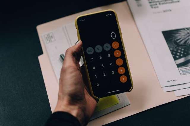 imagem de um celular com uma calculadora aberta